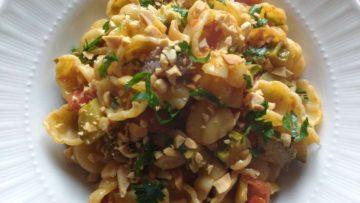 Gnocchi con zucchine, pomodorini, acciughe e arachidi
