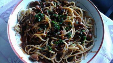 Ricetta Bavette al sugo di pomodoro piccante con olive e moscardini