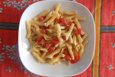 Ricetta Penne ricce con pomodoro e scorze di limone - InCucinaConTe.it