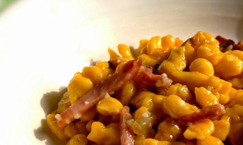 Spatzle di zucca allo speck e nocciole ricetta