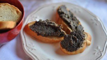 Crostini alla robiola e olive ricetta. Ricette antipasti snack