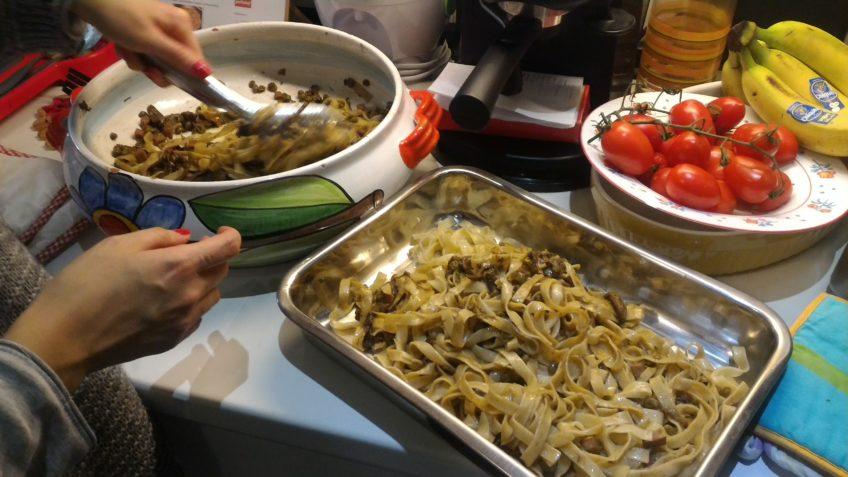 Ricetta tagliatelle prosciutto e funghi. Ricette primi piatti Natale