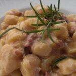Gnocchi con gorgonzola, besciamella e salsiccia. Ricetta cucina primi piatti gnocchi
