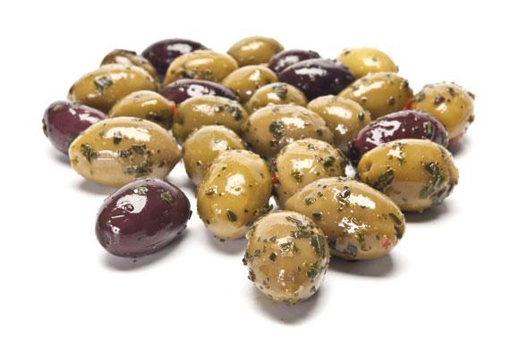 Olive-verdi-e-nere-condite-marinate-con-olio